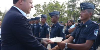 Presidente Varela Rodríguez entrega becas a estudiantes de los estamentos de Seguridad